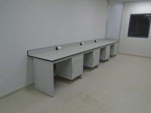 Bàn thí nghiệm áp tường BAT-C1 hiện đại, chất lượng cao.