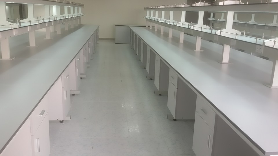 Bàn thí nghiệm trung tâm TT17 siêu bền, siêu đẹp.