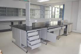 Bàn thí nghiệm với chất liệu mặt bàn có thể chịu được hóa chất mạnh mà không ảnh hưởng đến tính thẩm mỹ của sản phẩm